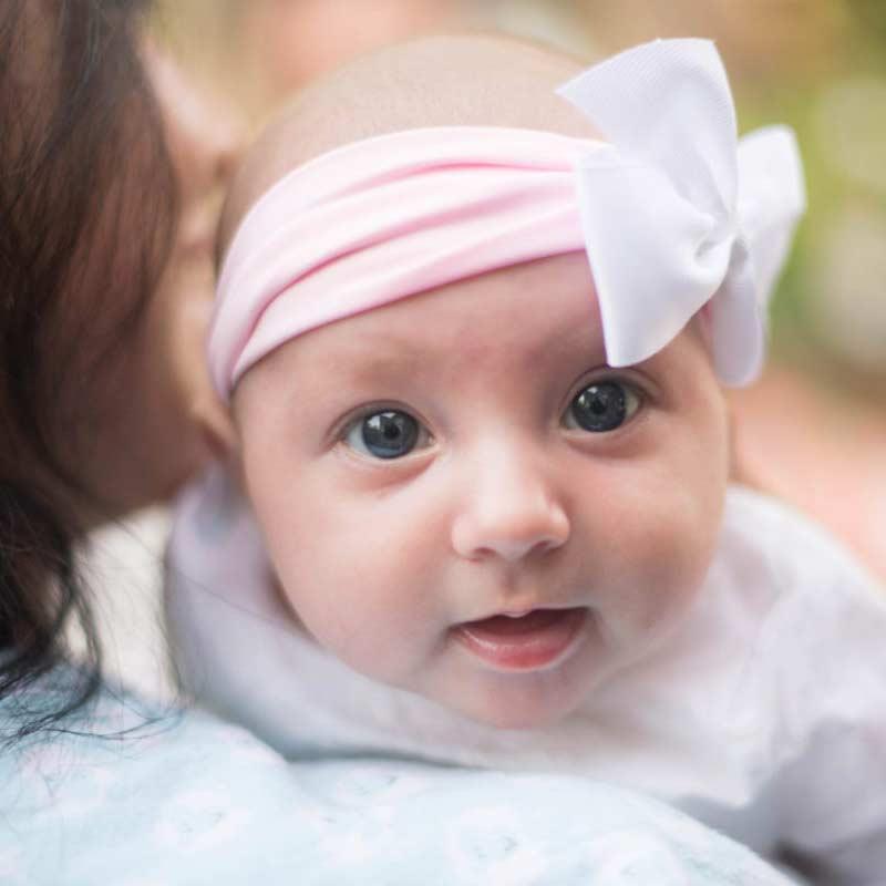 Baby mit rosa Stirnband