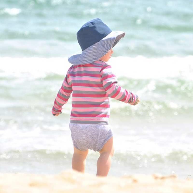 Baby mit Strandhut