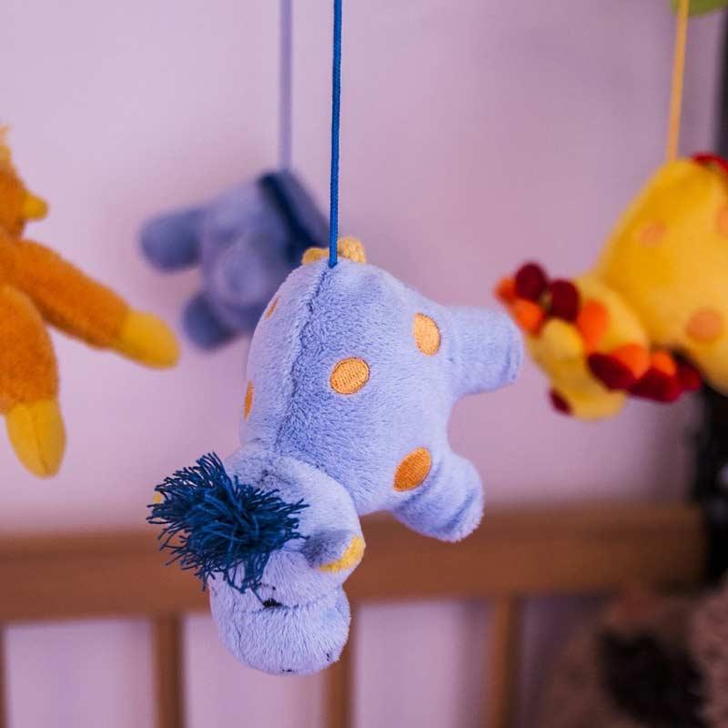 Farbenfrohes, lustiges Spielzeug fördert die Aufmerksamkeit und die Motorik von Babys und Kleinkindern