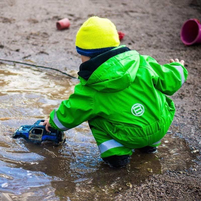 Autos und Pfützen sind prima Spielzeug für 4-5 Jahre alte Kinder.