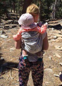Baby auf der Rücken seiner Mama